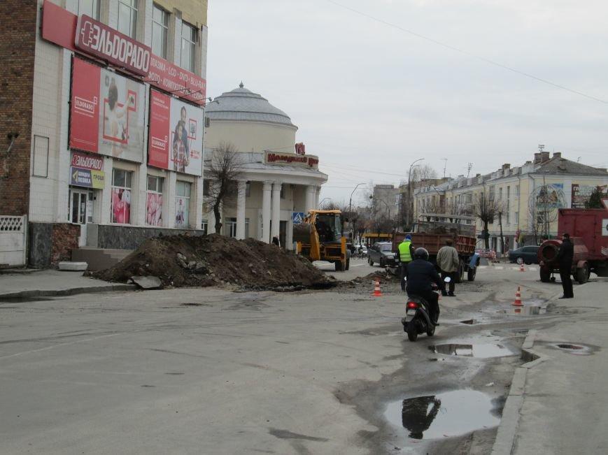 Увага, будьте обережними!: У центрі Новограда-Волинського ведуться ремонтні роботи, фото-3