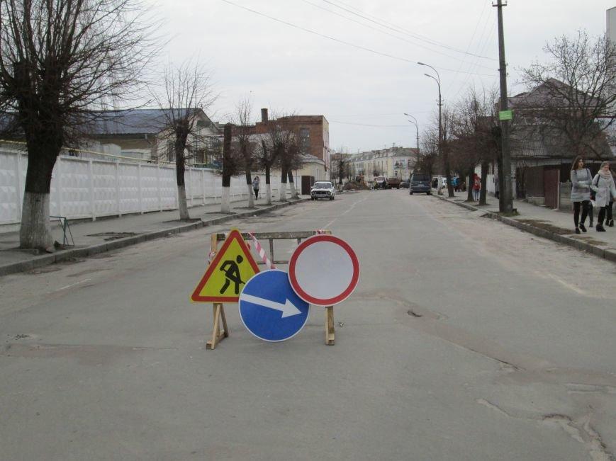 Увага, будьте обережними!: У центрі Новограда-Волинського ведуться ремонтні роботи, фото-4