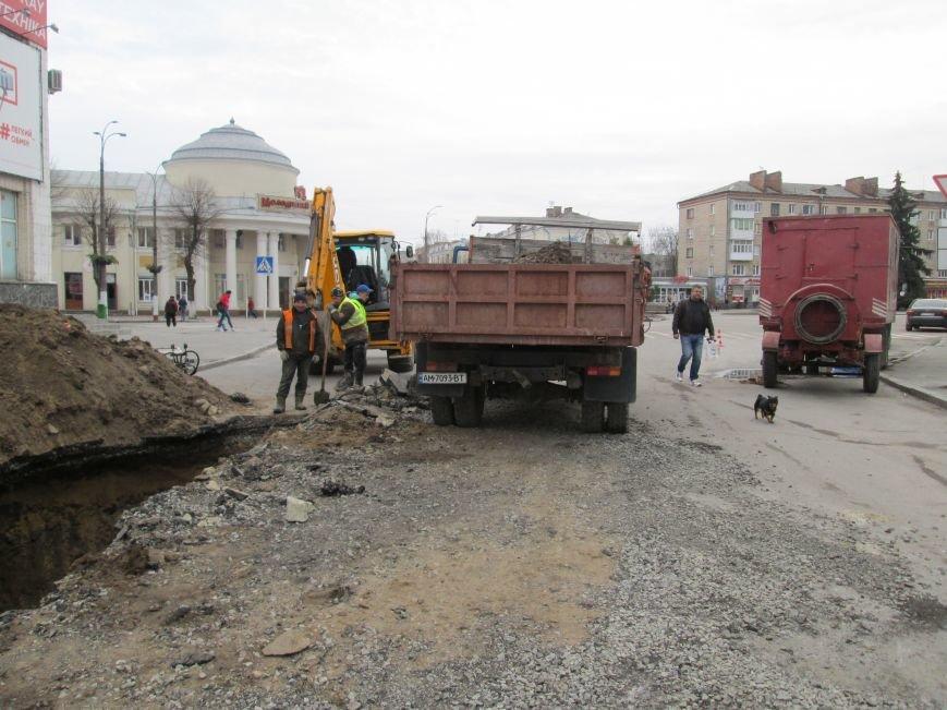 Увага, будьте обережними!: У центрі Новограда-Волинського ведуться ремонтні роботи, фото-2
