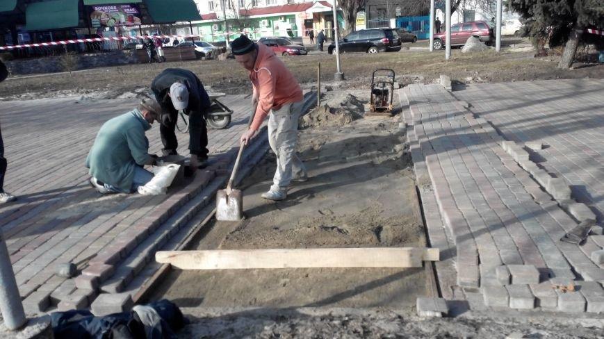 """В парку """"Юність"""" заново кладуть тротуарну плитку (ФОТО), фото-1"""