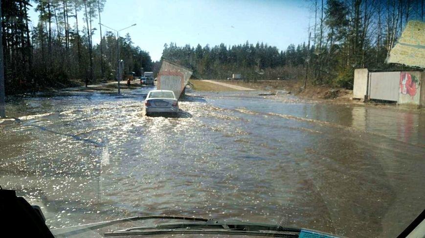На машине, как по морю: в Новополоцке дорогу размыло водой. ФОТОФАКТ, фото-1