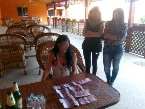 Поліція опублікувала фотографії затримання жінки-сутенера у готелі на Виноградівщині, фото-5