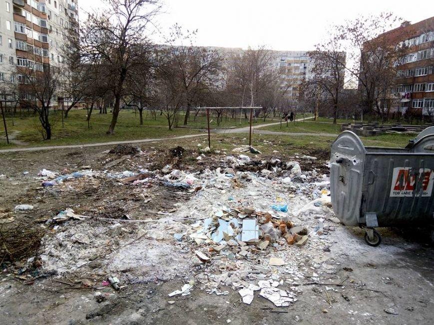 На вулиці Годинки ужгородці викидають сміття поза сміттєві баки: фото, фото-1