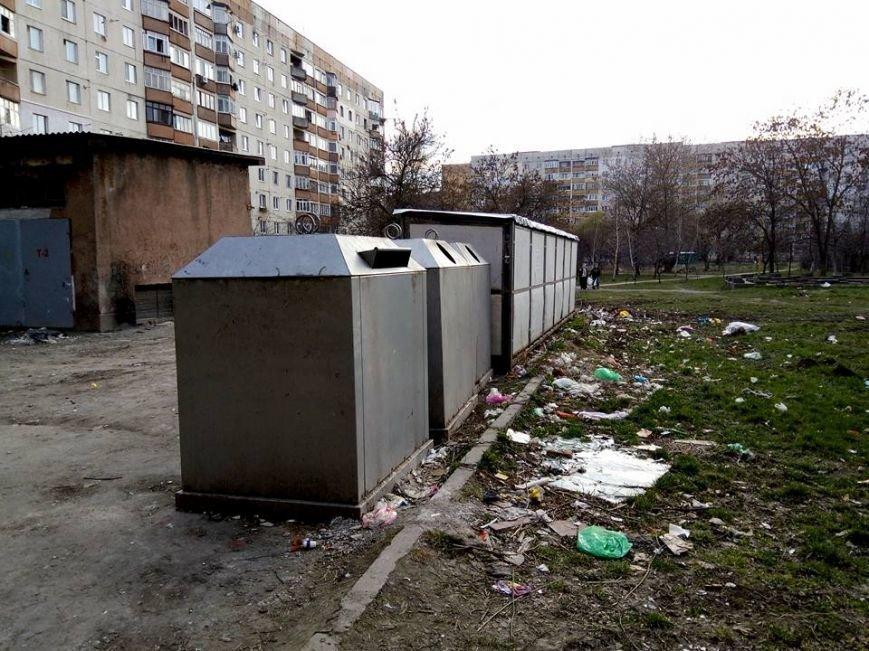 На вулиці Годинки ужгородці викидають сміття поза сміттєві баки: фото, фото-2