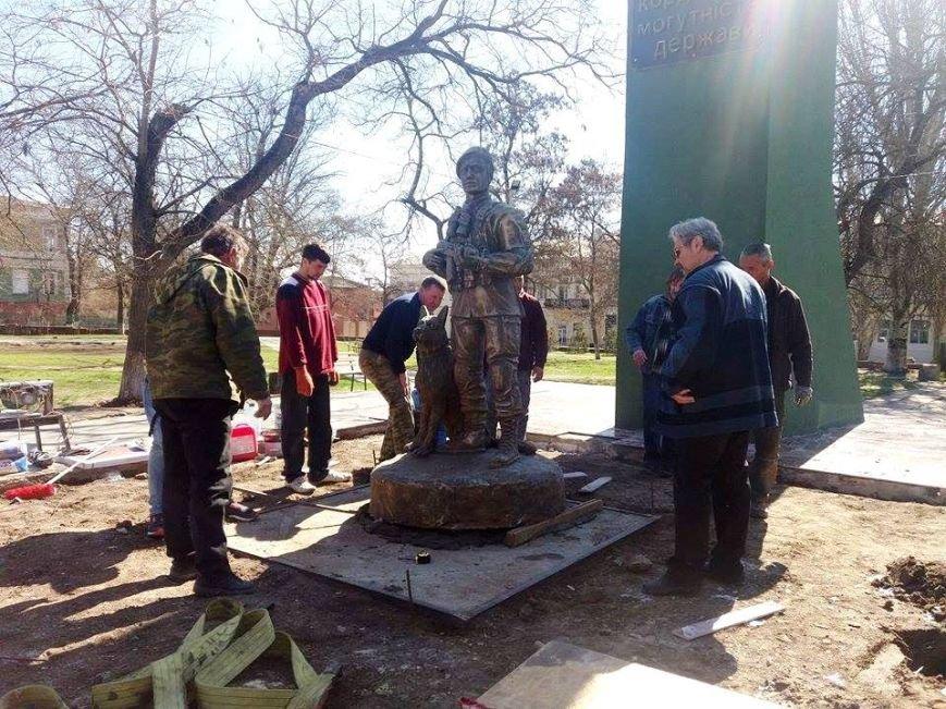 В Херсоне устанавливают новую скульптуру - пограничника с собакой (фото), фото-1