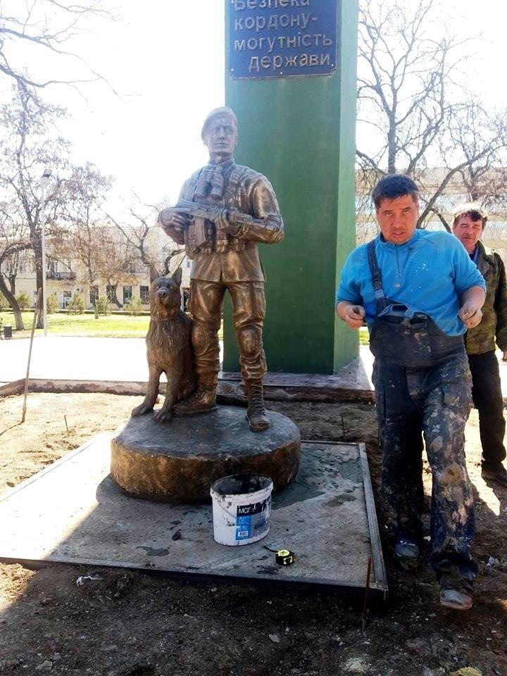 В Херсоне устанавливают новую скульптуру - пограничника с собакой (фото), фото-3