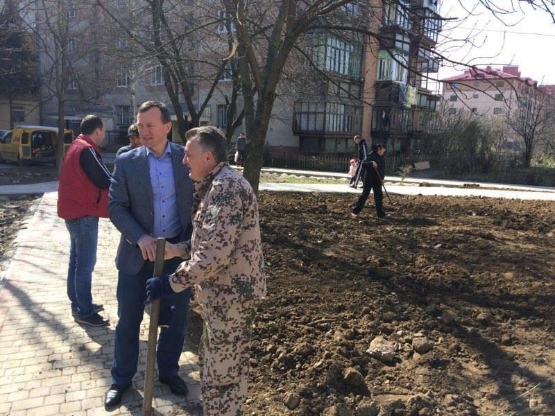 Як Андріїв із місцевими депутатами Ужгород прибирали: фото, фото-1