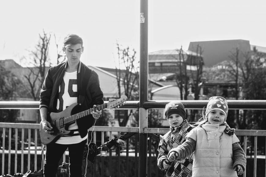 Вуличний музикант Вова Демчук розповів про гру на гітарі, рідний Луганськ та життя в Ужгороді: фото, фото-1