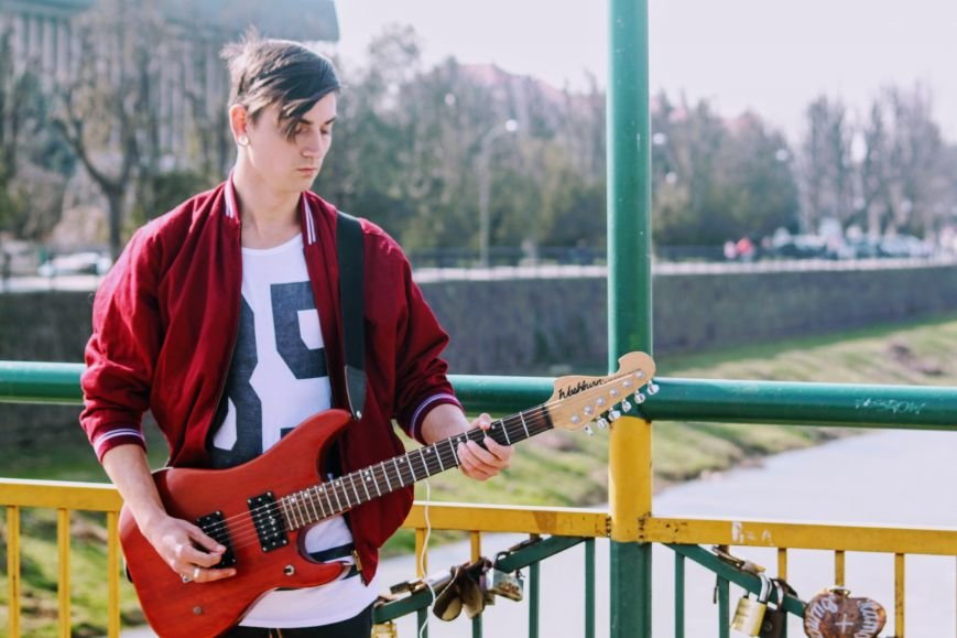 Вуличний музикант Вова Демчук розповів про гру на гітарі, рідний Луганськ та життя в Ужгороді: фото, фото-6
