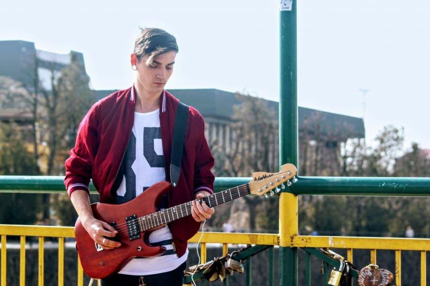 Вуличний музикант Вова Демчук розповів про гру на гітарі, рідний Луганськ та життя в Ужгороді: фото, фото-2