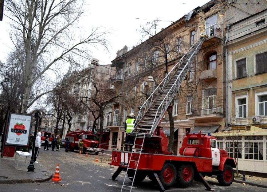 Спасатели в центре Одессы обвалили остатки обрушившегося карниза (ФОТО), фото-2