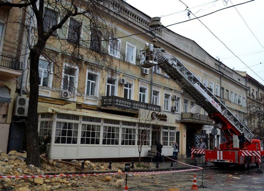 Спасатели в центре Одессы обвалили остатки обрушившегося карниза (ФОТО), фото-5