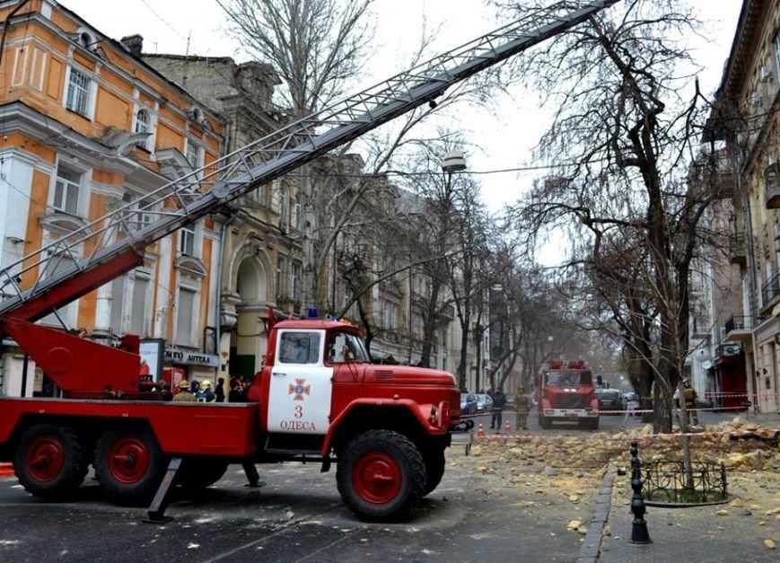 Спасатели в центре Одессы обвалили остатки обрушившегося карниза (ФОТО), фото-3