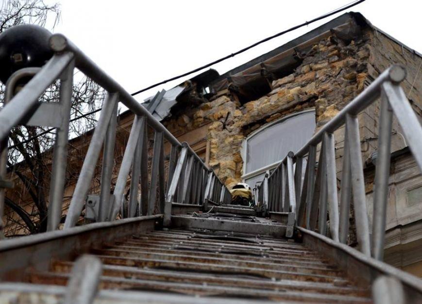 Спасатели в центре Одессы обвалили остатки обрушившегося карниза (ФОТО), фото-1