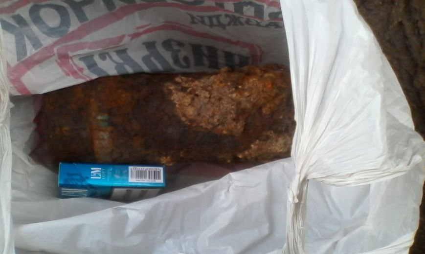 У Кременчуці на подвір'ї житлових будинків знайшли старий німецький артснаряд (ФОТО), фото-3