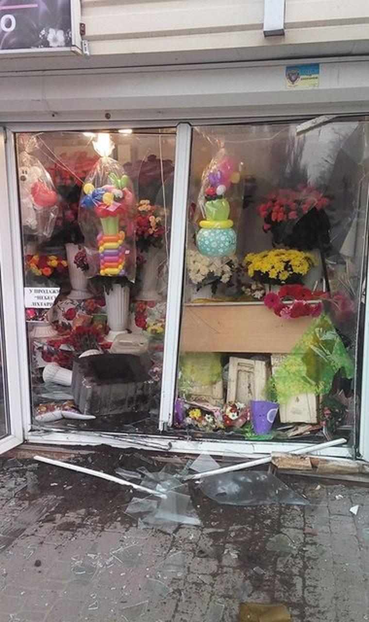 В Киеве автомобиль врезался в цветочный павильон 1