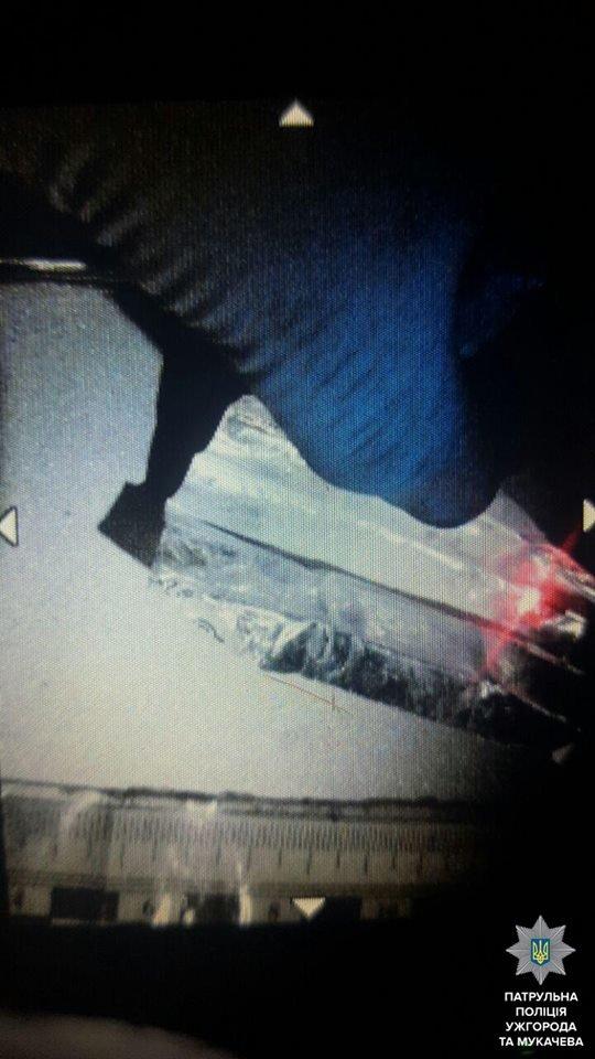В Ужгороді патрульні влаштували гонитву за чоловіком з ножем та наркотиками: фото, фото-4