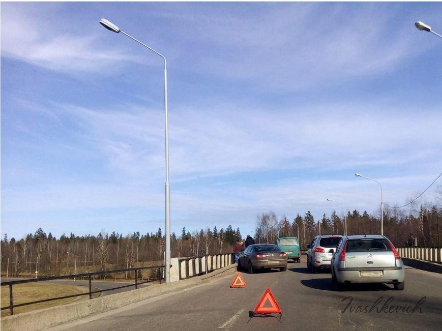 В Новополоцке столкнулись два автомобиля. Очевидцы: на дороге были рассыпаны кирпичи, фото-1