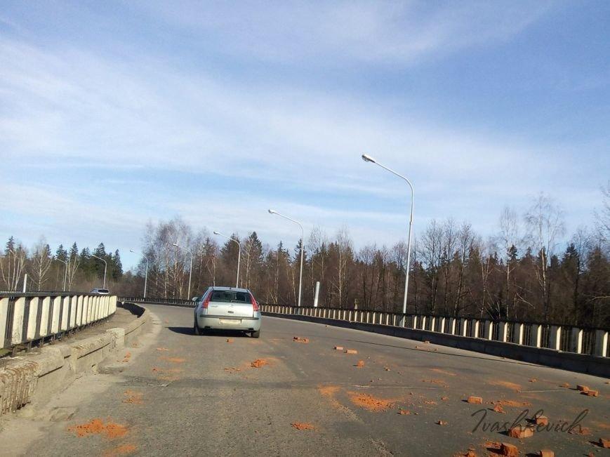 В Новополоцке столкнулись два автомобиля. Очевидцы: на дороге были рассыпаны кирпичи, фото-3