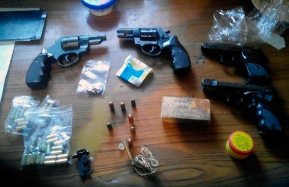 На Житомирщині поліція за 3 останніх тижня вилучила з незаконного обігу арсенал зброї та небезпечних предметів (ФОТО), фото-1