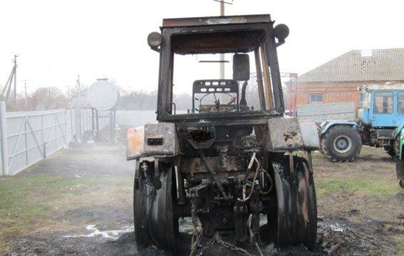 В соседнем районе злоумышленники сожгли сельхозтехнику: три трактора и автомобиль (ФОТО), фото-1