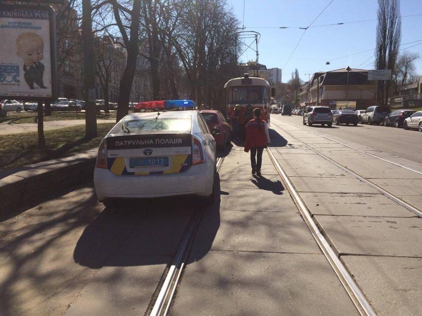 На Подоле герой парковки парализовал движение трамваев (ФОТО), фото-2