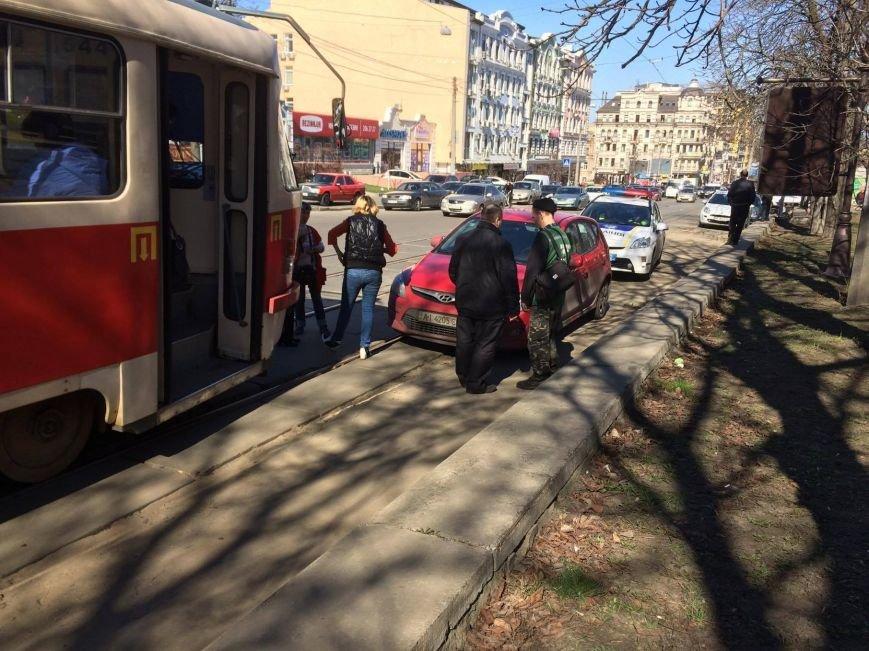 На Подоле герой парковки парализовал движение трамваев (ФОТО), фото-1