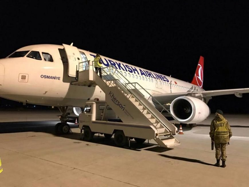 """В аэропорту """"Херсон"""" приземлился самолет в ночное время - впервые за 15 лет (фото), фото-1"""