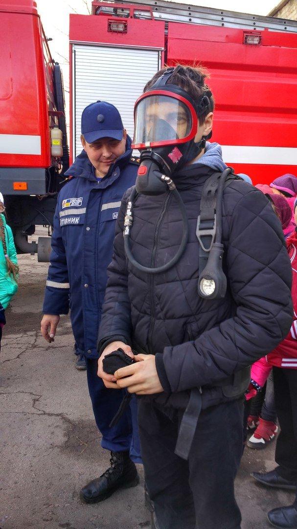 Школьникам Мирнограда провели экскурсию в пожарно-спасательной части, фото-3