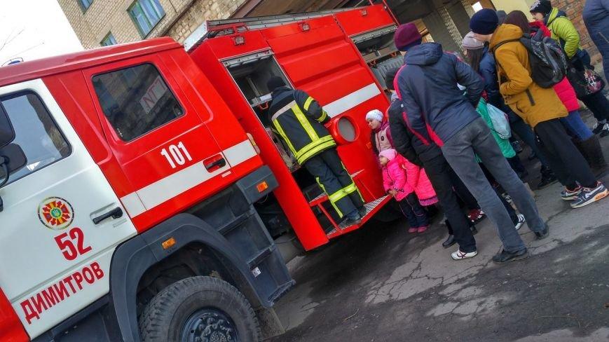 Школьникам Мирнограда провели экскурсию в пожарно-спасательной части, фото-1