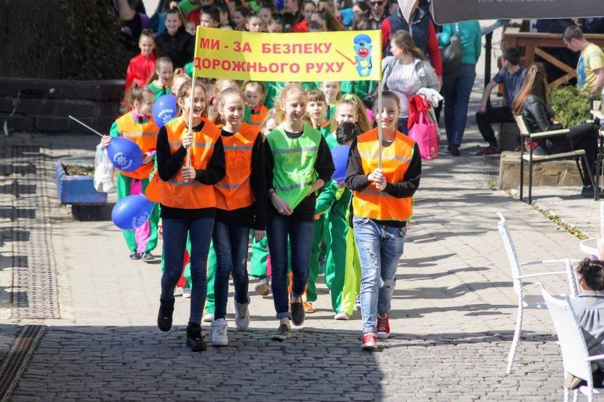 У центрі Ужгорода школярі влаштували флешмоб, щоб закликати водіїв не порушувати ПДР: фоторепортаж, фото-2
