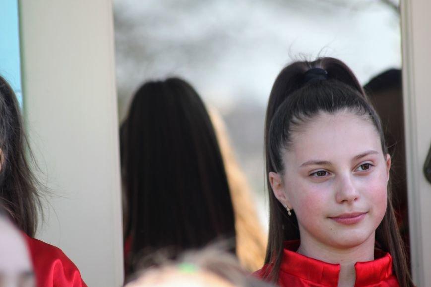 У центрі Ужгорода школярі влаштували флешмоб, щоб закликати водіїв не порушувати ПДР: фоторепортаж, фото-8