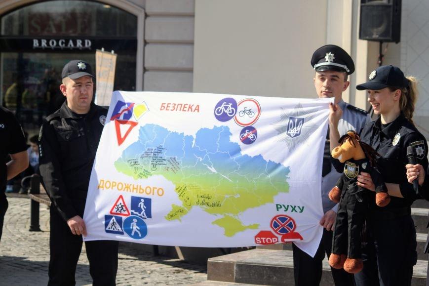 У центрі Ужгорода школярі влаштували флешмоб, щоб закликати водіїв не порушувати ПДР: фоторепортаж, фото-5