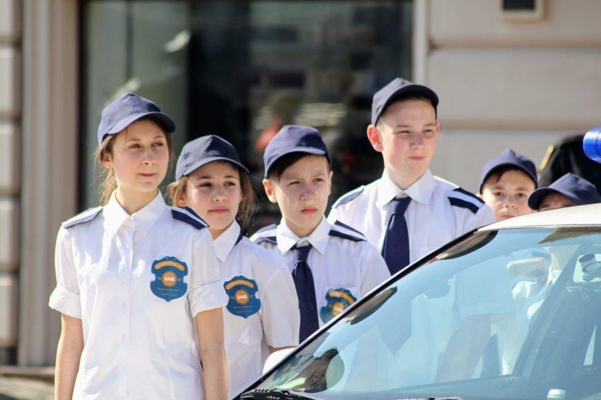 У центрі Ужгорода школярі влаштували флешмоб, щоб закликати водіїв не порушувати ПДР: фоторепортаж, фото-7
