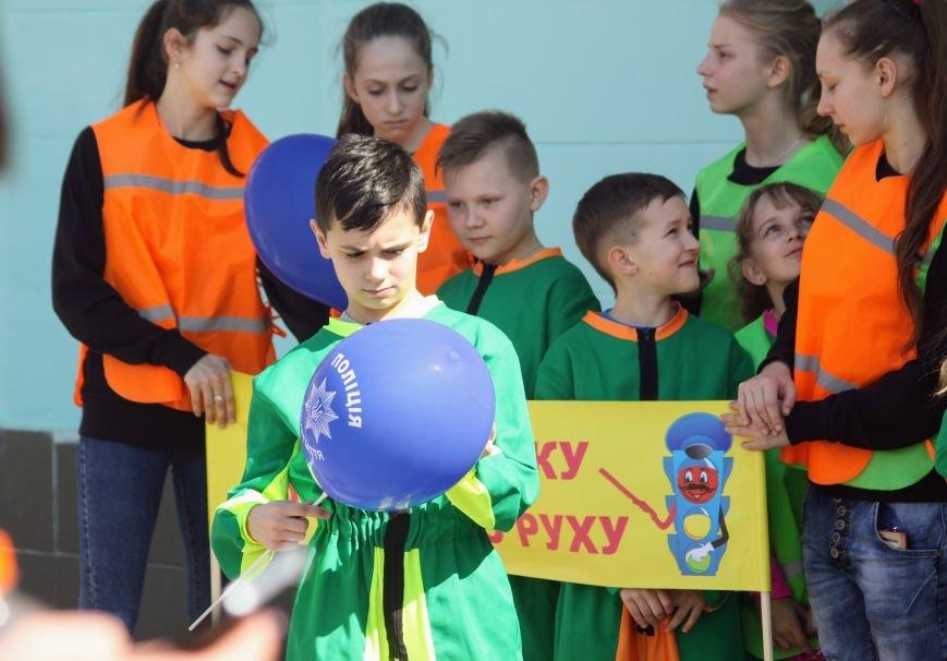 У центрі Ужгорода школярі влаштували флешмоб, щоб закликати водіїв не порушувати ПДР: фоторепортаж, фото-9