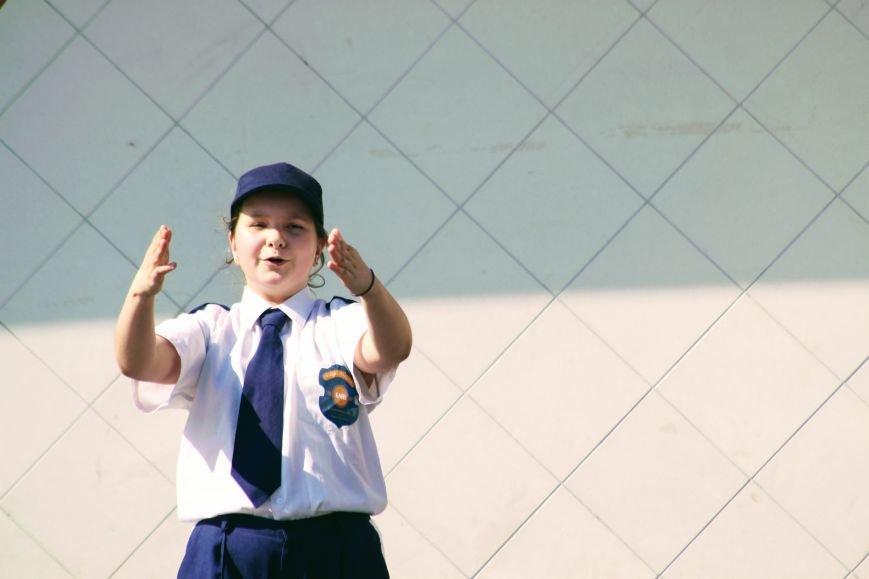 У центрі Ужгорода школярі влаштували флешмоб, щоб закликати водіїв не порушувати ПДР: фоторепортаж, фото-4