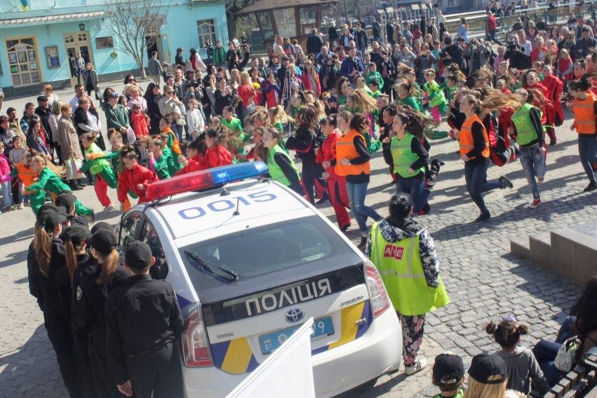 У центрі Ужгорода школярі влаштували флешмоб, щоб закликати водіїв не порушувати ПДР: фоторепортаж, фото-1
