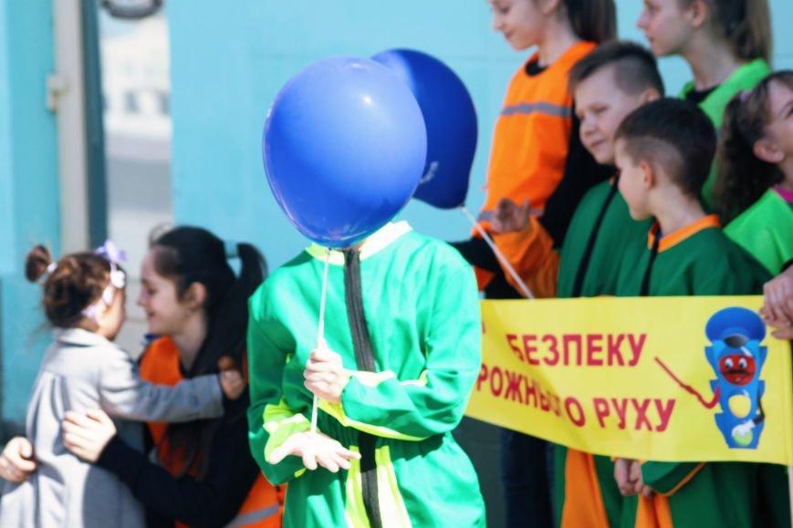 У центрі Ужгорода школярі влаштували флешмоб, щоб закликати водіїв не порушувати ПДР: фоторепортаж, фото-3