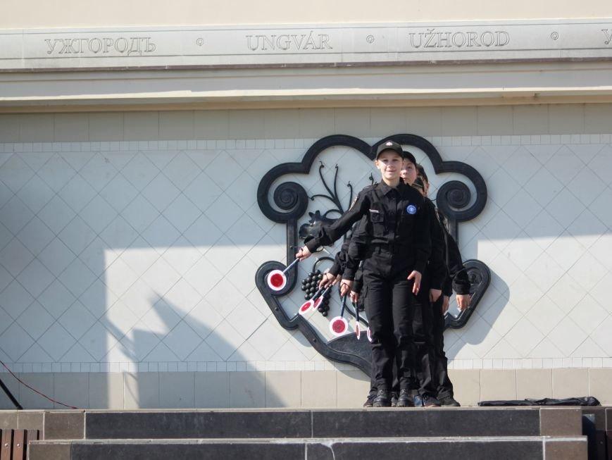 У центрі Ужгорода школярі влаштували флешмоб, щоб закликати водіїв не порушувати ПДР: фоторепортаж, фото-16