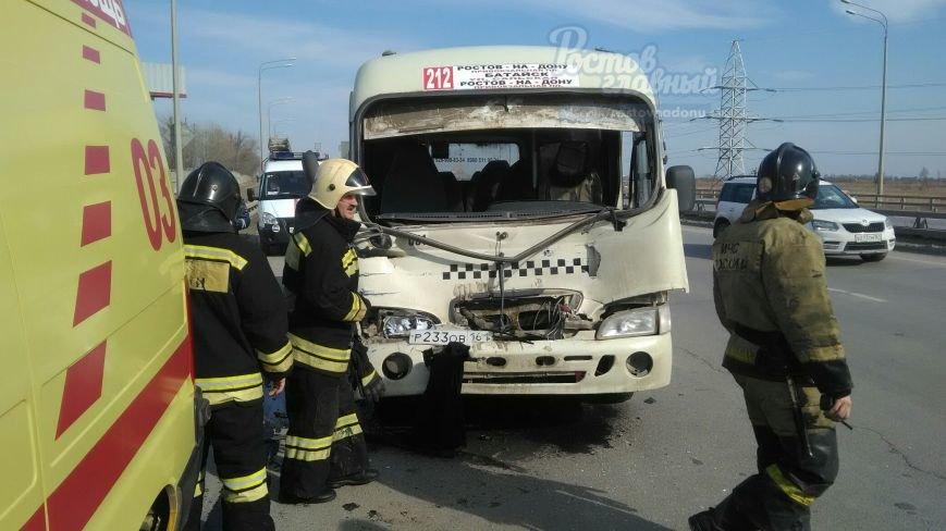 В Ростове-на-Дону грузовик столкнулся с маршруткой, фото-2