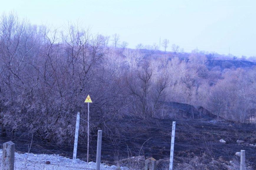 В Каменском горит территория хвостохранилища, фото-3