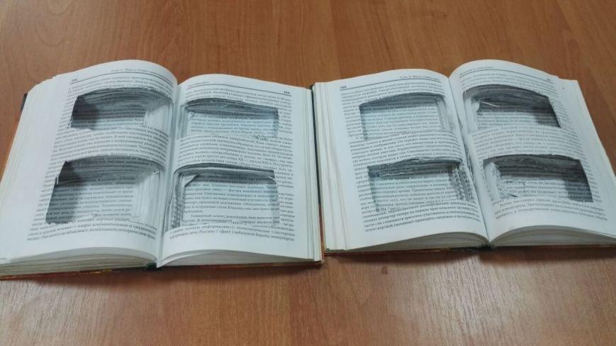 В Батайске заключенному пытались передать мобильники в книгах, фото-1