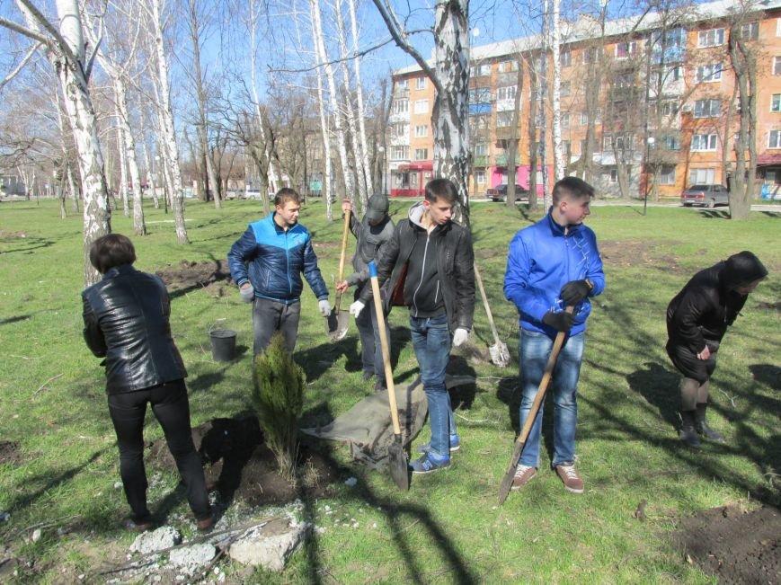 В сквере Покровска более 100 человек приняли участие в «зеленой» акции, фото-3