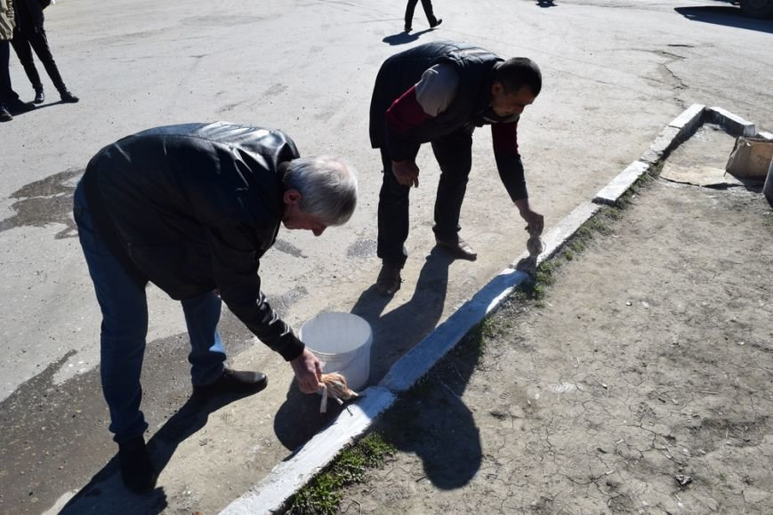 Симферопольские чиновники с лопатами и ведрами в руках дали старт двухмесячнику по благоустройству и уборке города (ФОТО), фото-5