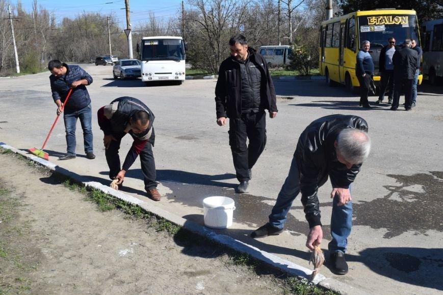 Симферопольские чиновники с лопатами и ведрами в руках дали старт двухмесячнику по благоустройству и уборке города (ФОТО), фото-4