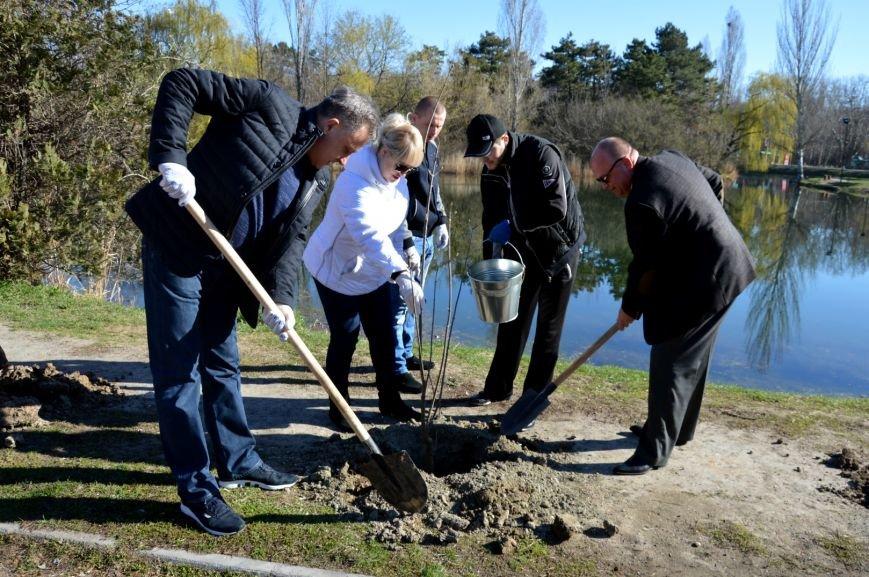 Симферопольские чиновники с лопатами и ведрами в руках дали старт двухмесячнику по благоустройству и уборке города (ФОТО), фото-1