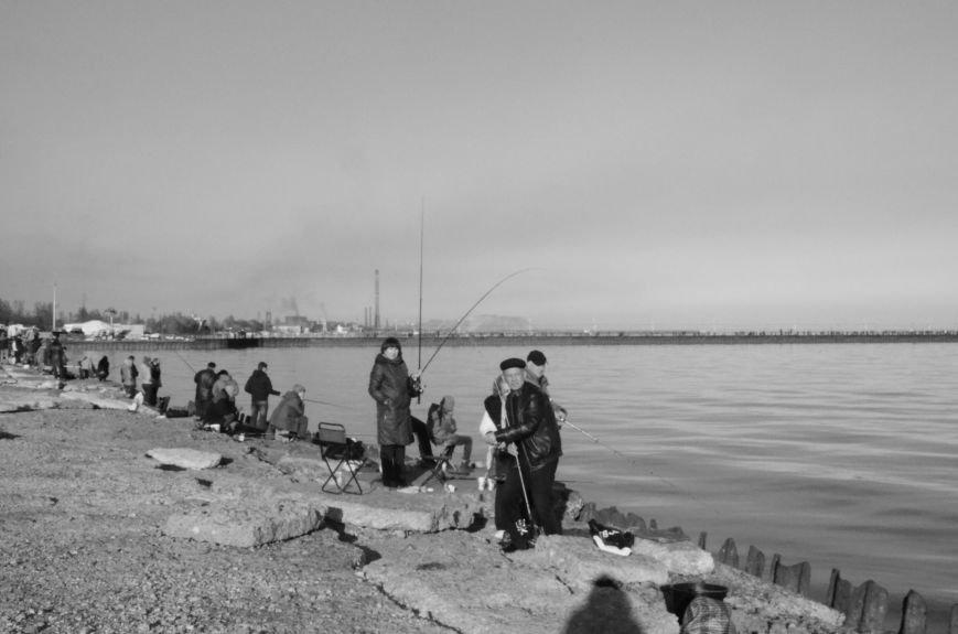Рыбка клюет! Сотни мариупольцев объявили «охоту» на бычка (ФОТО+ВИДЕО), фото-1