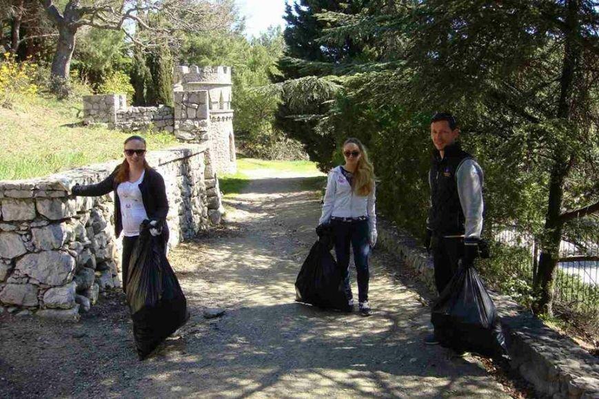 В Алупке, в парке Годлевского и на мемориальном кладбище прошел субботник, фото-2