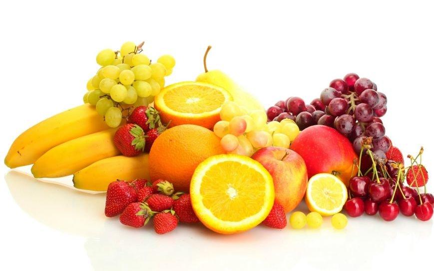 frukty_yagody_klubnika_banany_vinograd_apelsiny_yabloki_chereshnya_grusha_limon_belyy_fon_1680x1050