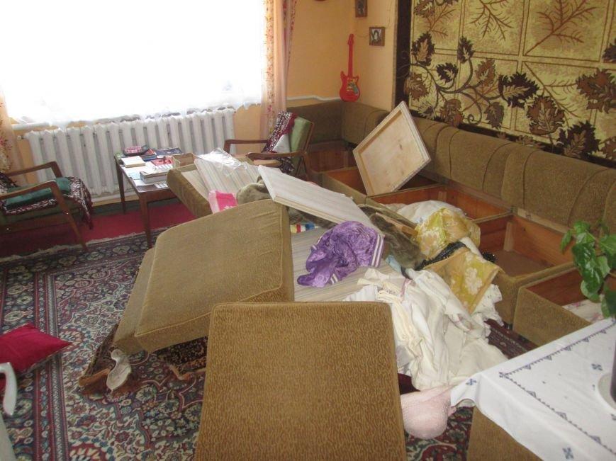 На Тячівщині затримали групу небезпечних грабіжників, які зв'язали чоловіка і винесли з його дому півмільйона гривень: фото, фото-2